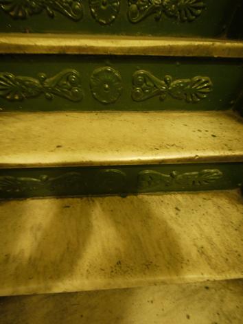 08 磨り減った階段.jpg